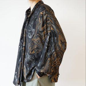 1900年代初頭にヨーロッパで発明されたという染色技法を実践する、世界で唯一の工房「京都マーブル」。 二つとして同じものがない、まるで大理石のような濃淡のマーブルプリントを贅沢に使用した、個性的で美しいブラウスです。  blouse / ¥31,900(税込) color / black marble size / 0 brand / dessin de mode 