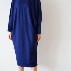 スムース編みにしたウール素材のドルマンワンピース。適度な張り感と光沢がありながら、柔らかな着心地です。今年の新色『ラピスラズリ』は、落ちついた上品さがありつつ、目を惹く上級カラーです。  one piece / ¥25,300(税込) color / LAPIS LAZULI size / free quality / wool 100% brand / dessin de mode  Made in Japan