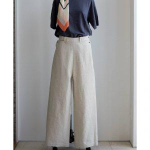 ちょっとレトロで美シルエットを叶えてくれるeaukのパンツ。履き心地の良さも魅力です。eauk FRONTIER WIDE PANTS color/NATURAL ¥28,600(税込)