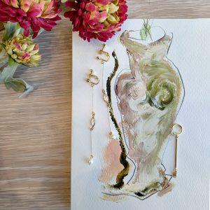 ◆ ERIKOART アンティークやヴィンテージのパーツを取り入れて制作したライン。 古い物の持つ経年により朽ちた造形や色彩、素材の美しさをそのままに、コンテンポラリーでモードなアクセサリーへと再構築しています。   ▫Earring  スワロフスキークリスタル〈スワロフスキー社製 1940's〉 パール:ガラス(日本 1970's)     ▫2way Ear Cuff  スワロフスキークリスタル〈スワロフスキー社製 1940's〉
